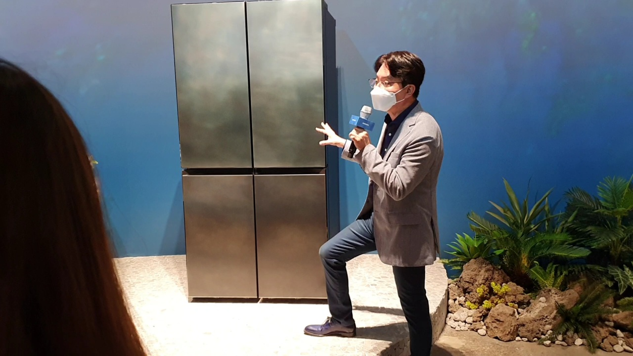 Head of design team Harry Choi describes refrigerator's design (Kim Byung-wook/The Korea Herald)